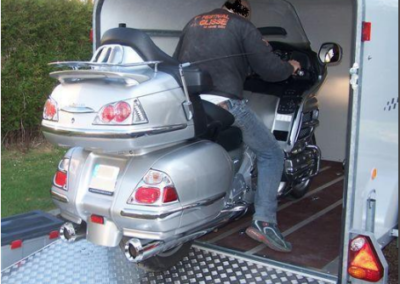 Ouverture pont pour charger des motos lourdes ou une petite voiture.